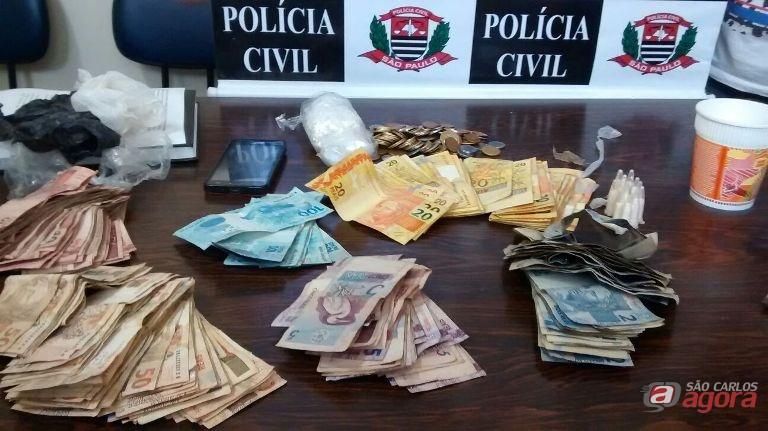Droga e dinheiro e foram apreendidos pela PM. Fotos: Osni Martins -