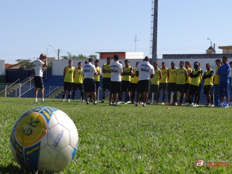 Guanaes conversa com atletas antes de treino. Meta é vencer em Fernandópolis. Foto: Marcos Escrivani -