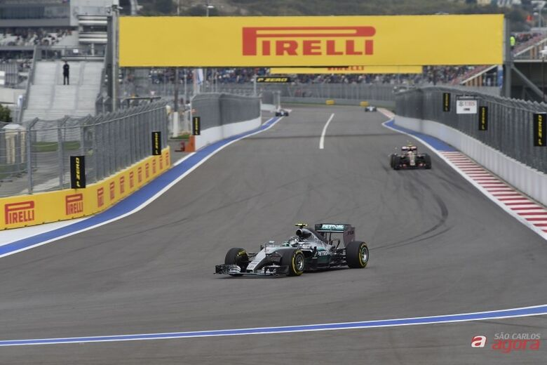 Rosberg desbamcou Hamilton e larga na frente na Rússia. Foto: Studio Colombo/Pirelli -