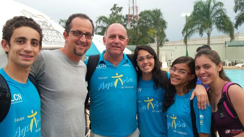O técnico da seleção Vanzela e os integrantes do time são-carlense em Limeira. Fotos: Divulgação -