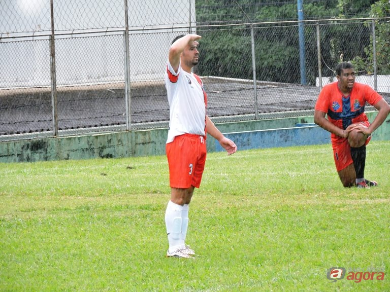 Alan comemora um de seus quatro gols na vitória da Nova Vida. Foto: Gustavo Curvelo/Divulgação -