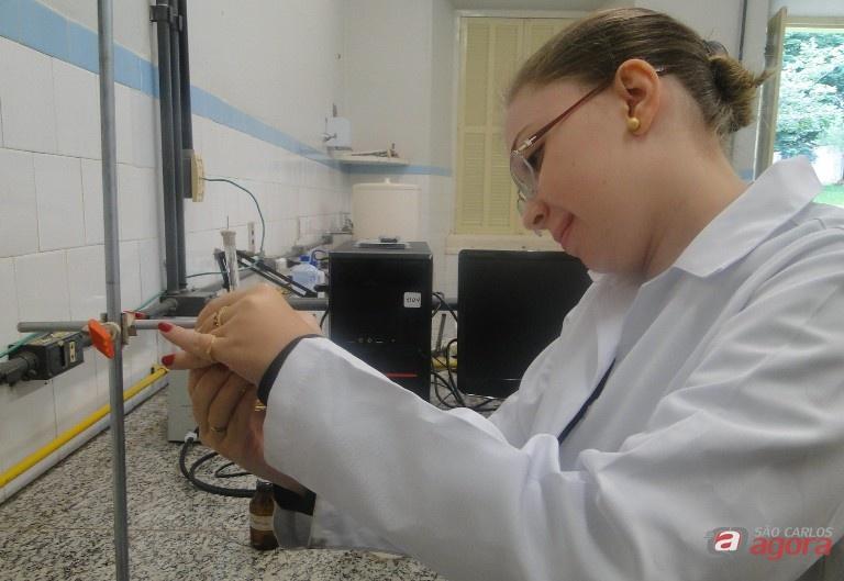Aluna Jéssica Camargo em laboratório de sensores no Campus Araras da UFSCar. Foto: Carolina Carettin -
