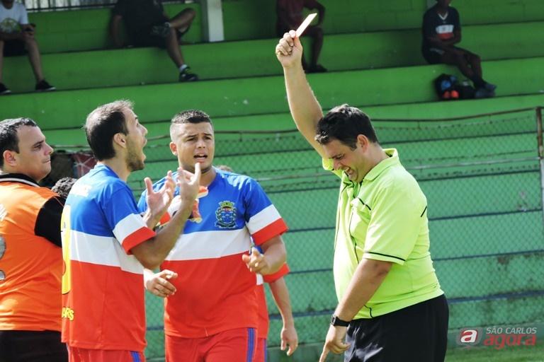Atletas punidos com cartões precisam doar litros de leite para voltar a campo. Foto: Gustavo Curvelo/Divulgação -