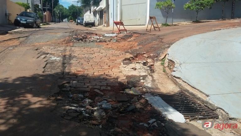 Sérgio Rocha solicita reparos no asfalto da rua Coriolano José Gibertoni. Foto: assessoria do vereador -