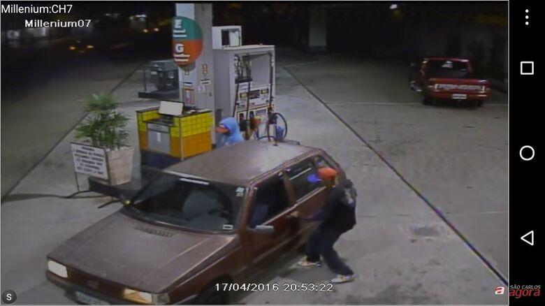 Imagens mostram dupla praticando assalto em posto de gasolina. -