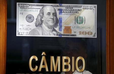 Nota de dólar vista em casa de câmbio no Rio de Janeiro. Foto: Reuters/Sergio Moraes -