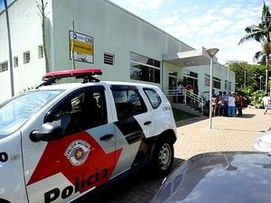 Polícia defronte ao laboratório de química da USP. (foto Arquivo) -