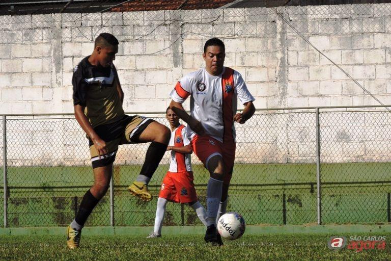 Pastor Evandro [vermelho e branco] participou do futebol de campo também como atleta. Foto: Gustavo Curvelo/Divulgação -