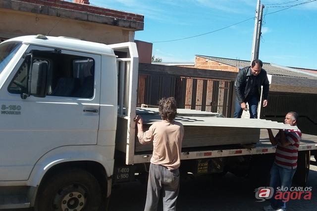 Foto: Vereador Sergio Rocha cede caminhão e funcionários para auxiliar famílias atingidas por temporal (assessoria do vereador) -