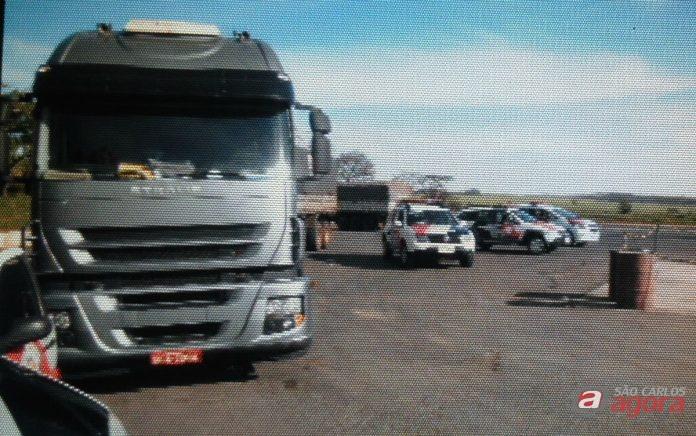 Carreta foi abordada em um posto de combustíveis. (foto Divulgação Araraquaraja.com) -