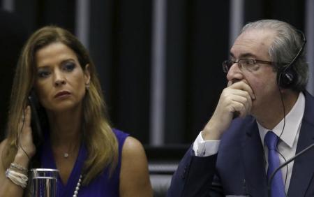 Cláudia Cruz (e), mulher do presidente afastado da Câmara, Eduardo Cunha (d), durante cerimônia na Câmara dos Deputados. Foto: Reuters/Ueslei Marcelino -