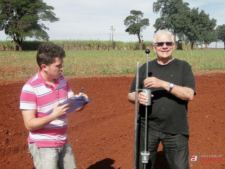 Aluno Andres Coronel e professor Rubismar Stolf com penetrômetro. Foto: Carolina Carettin -CCS/UFSCar -