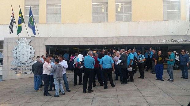 Trabalhadores prometem nova manifestação defronte a Prefeitura Municipal. (foto Milton Rogério) -