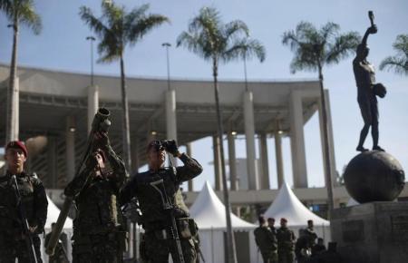 Soldados participam de exercício de patrulha militar em frente ao estádio do Maracanã, no Rio de Janeiro, para os Jogos Olímpicos. Foto: Reuters/Ricardo Moraes -
