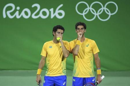 Tenistas brasileiros André Sá (d) e Thomaz Bellucci durante partida nos Jogos Olímpicos Rio 2016. Foto: Reuters/Toby Melville -