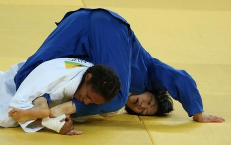 Érika Miranda em luta contra japonesa Nakamura.  Foto: Reuters/Adrees Latif -