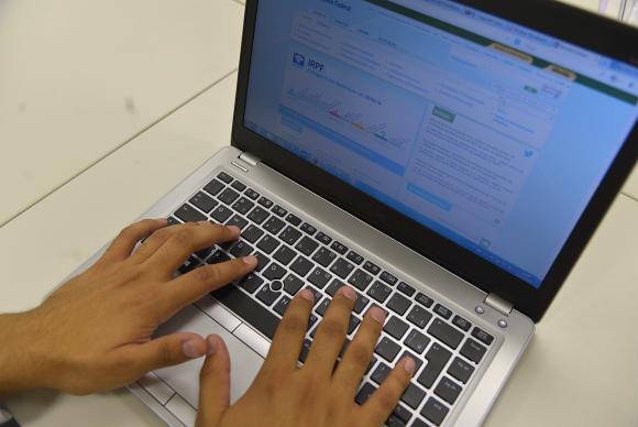 Para saber se teve a declaração liberada, o contribuinte deverá acessar a página da Receita na internet ou ligar para o Receitafone (146). Fone: Marcello Casal Jr./Agência Brasil -