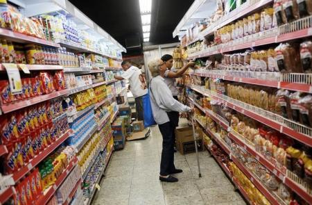 Clientes em supermercado no Rio de Janeiro. Foto: Reuters/Nacho Doce -