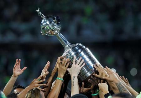 Jogadores do Atlético Nacional, da Colômbia, levantam troféu da Copa Libertadores. Foto: Reuters/Fredy Builes -