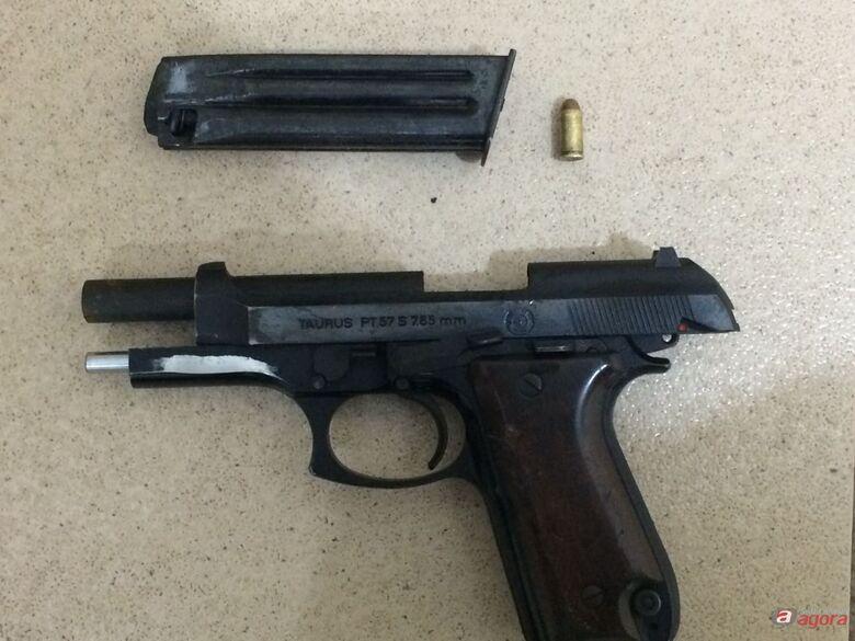 Arma que foi apreendida com o acusado. -