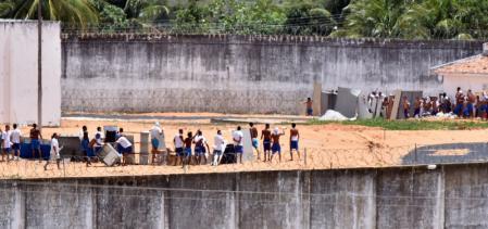 Presos de facções rivais separados por barricadas em presídio de Alcaçuz, na grande Natal. Foto: Reuters/Josemar Gonçalves -