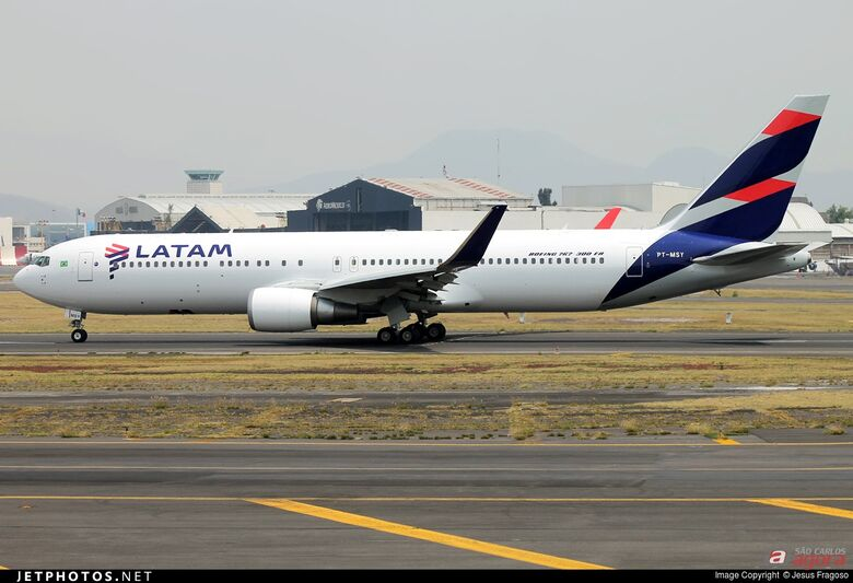 Boeing 767 da Latam que foi atingido por tiro de fuzil. (foto Jetphotos) -
