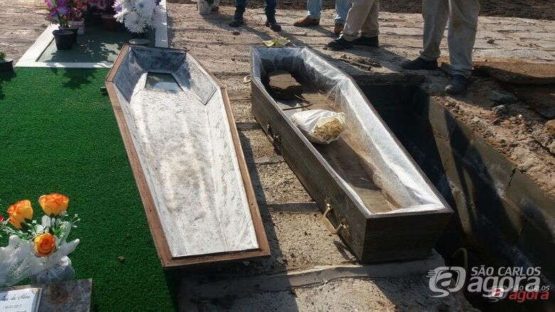 Dentro do caixão havia apenas uma pedra, um saco com serragem e uma barra de ferro. Foto Milton Rogério -