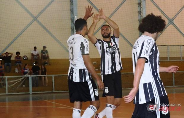 Atletas da Adventista celebram gol na vitória contra a Internacional da Vida A, por 5 a 3. Foto: Gustavo Curvelo/Divulgação -