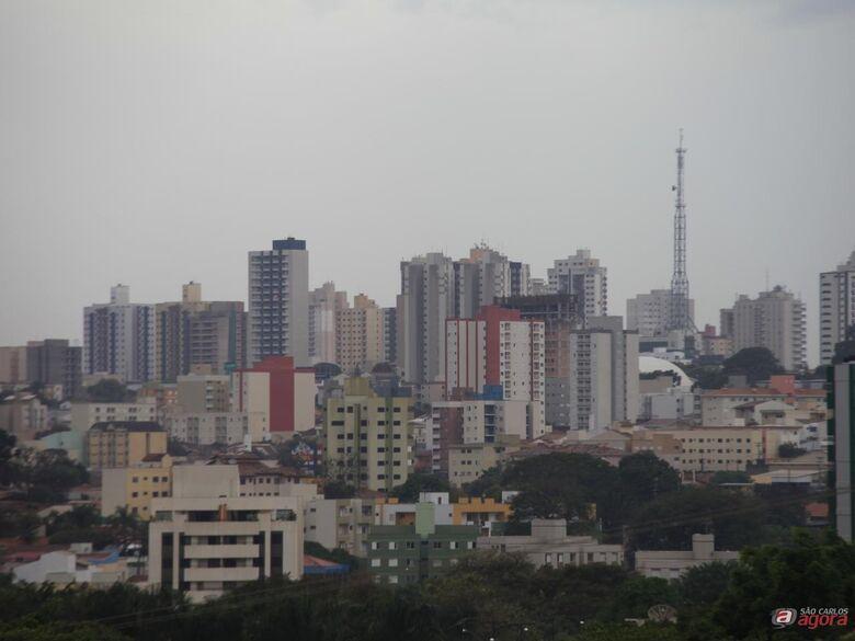 Chove fraco em alguns pontos de São Carlos; começo da noite pode ter raios e rajadas de vento -