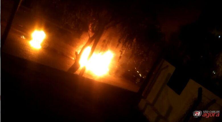 Carros são incendiados no CDHU; veja o vídeo -