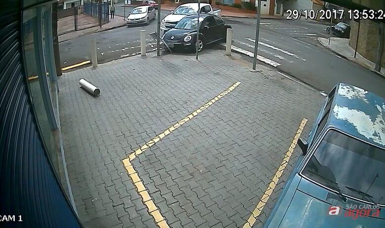 Câmeras registram acidente em cruzamento no Centro -