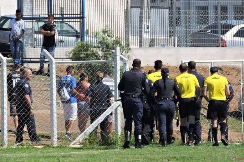 Árbitro iniciou jogo contra o Raça, mas encerrou no segundo tempo alegando segurança. Foto: Gustavo Curvelo/Divulgação -