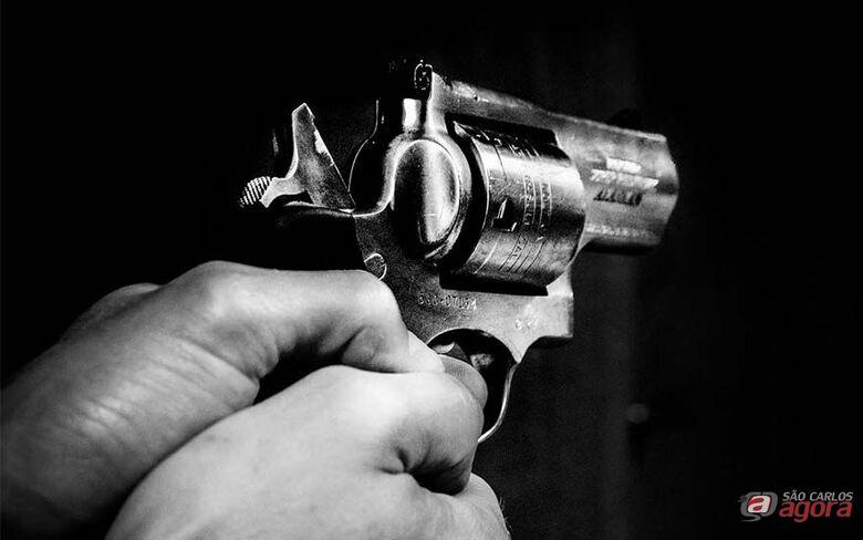 Quadrilha rende vigilante e rouba cofre de posto de combustíveis no Jockey Club -