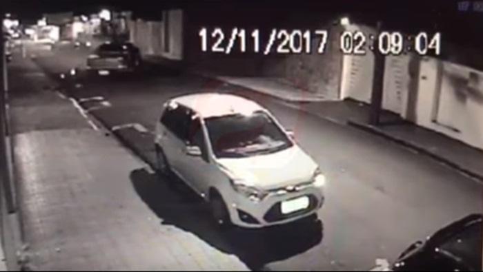Caminhonete desgovernada bate em carros estacionados no Centro; motorista fugiu a pé -