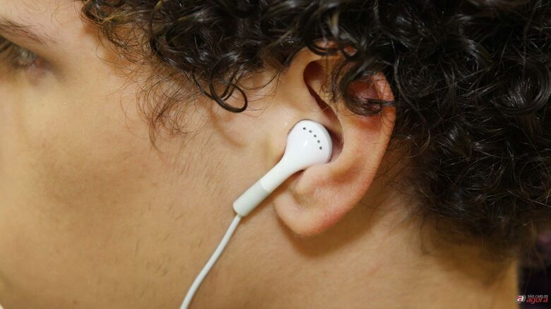 Jovens estão perdendo audição por causa de fones de ouvido, alerta conselho -