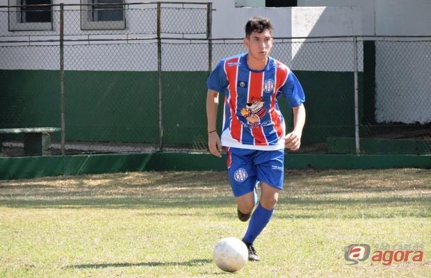 Jhonatas passou por alguns clubes até reencontrar esperança no futebol com o Lobão. Foto: Gustavo Curvelo/Divulgação -