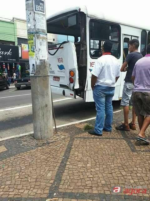 Ônibus colide em poste na avenida São Carlos -
