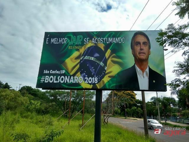 """São-carlenses fazem """"vaquinha"""" e instalam outdoor de Bolsonaro no Centro -"""