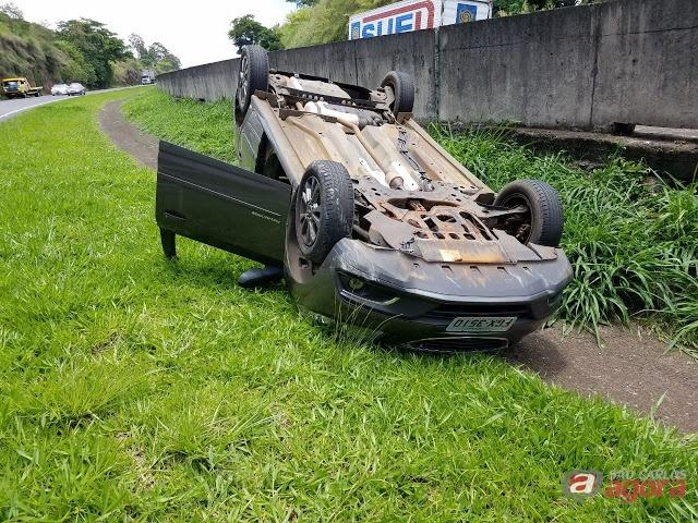 Dupla rouba carro em estacionamento de hipermercado -