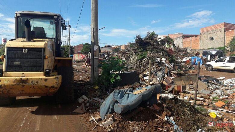 Quase 60 caminhões de lixo e entulho foram retirados do ecoponto do São Carlos VIII -
