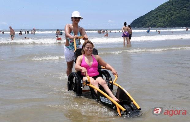 Cadeiras especiais do programa permitem que a pessoa que tenha dificuldades de mobilidade possa entrar e sair do mar com facilidade -