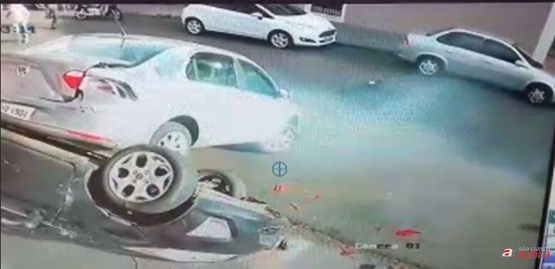 Câmera de segurança flagra acidente em que carro em marcha à ré tombou veículo no Centro -