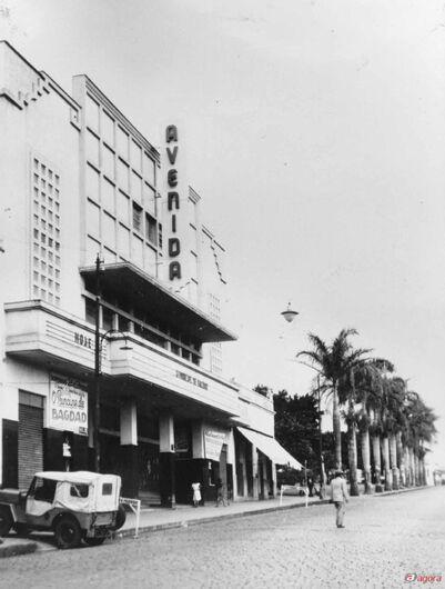 """Foto: Arquivo histórico e reproduções do livro """"São Carlos no escurinho do cinema"""" -"""