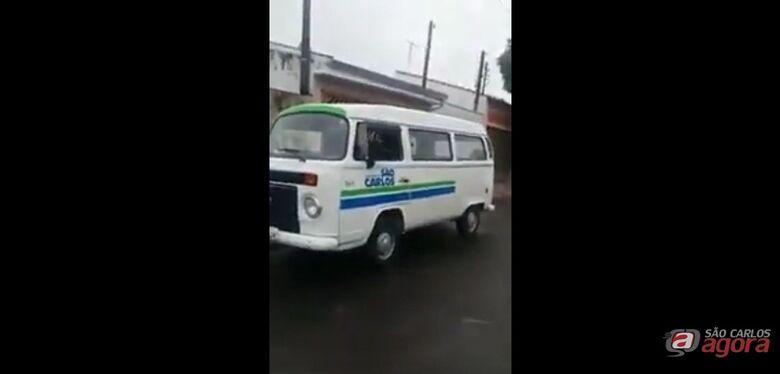 Funcionário de empresa terceirizada usa carro da Prefeitura para roçar terreno particular -