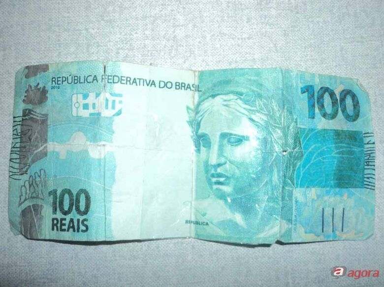 Mulher pede 10 lanches e paga com notas falsas -