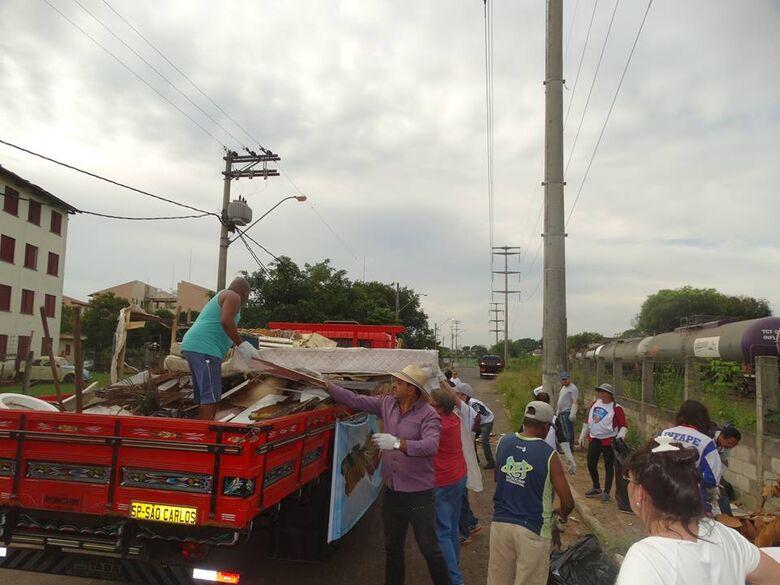 Ação voltada ao recolhimento de inservíveis em geral, pneus, sofás abandonados efetuou a limpeza no bairro - Crédito: Divulgação