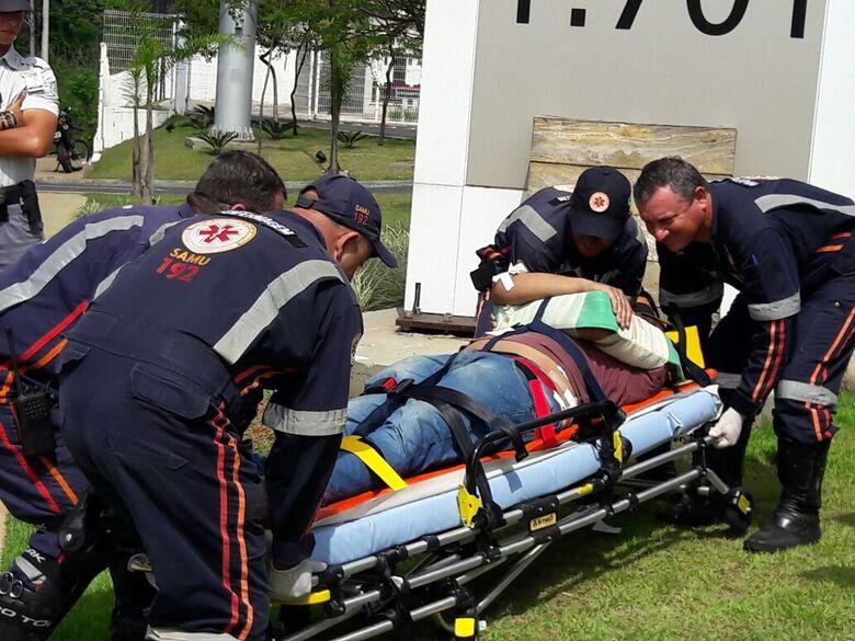 Motociclista sendo socorrido: queda devido ao furo de pneu de sua máquina - Crédito: Maycon Maximino