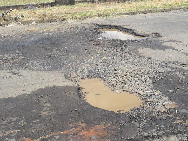 Asfalto deteriorado e abandono municipal: cratera se formam em rua no Jardim das Torres - Crédito: Divulgação
