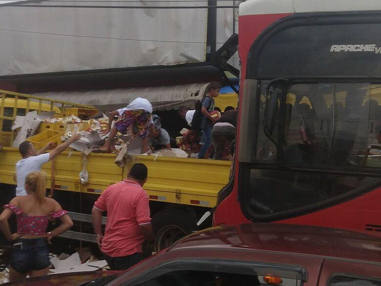 VÍDEO: após acidente, população saqueia carga de cerveja no Cidade Aracy - Crédito: Colaborador