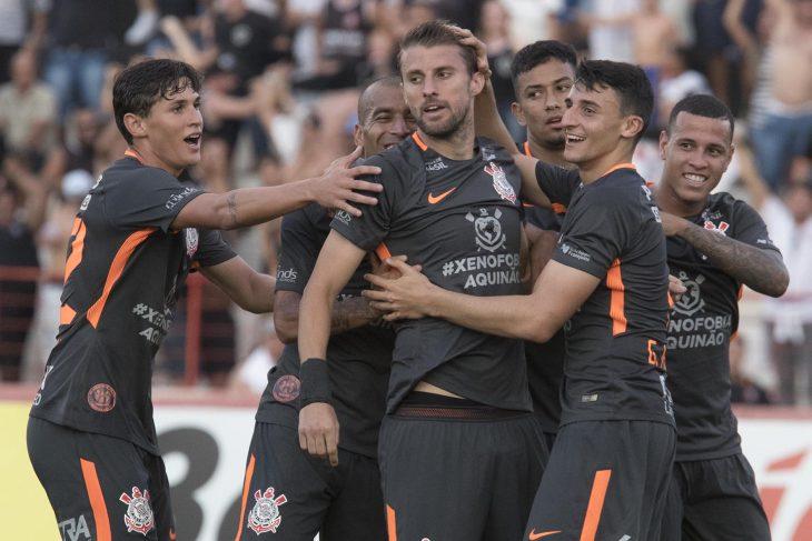 Jogadores do Timão comemoram gol do zagueiro Henrique - Crédito: Daniel Augusto Jr./Agência Corinthians